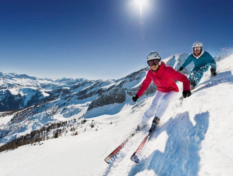 Altenmarkt-Zauchensee-TourismusSkifahrenZauchenseePaarPanoramaSonnenskilauf